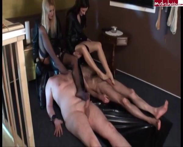Twee meesteressen trekken met hun voeten de slaven af
