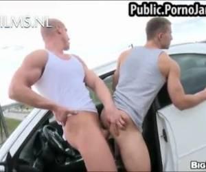 De man neukt de jongen langs de snelweg anal