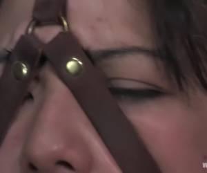 De kots en snot druipt in haar ogen tijdens het neuken van haar keel