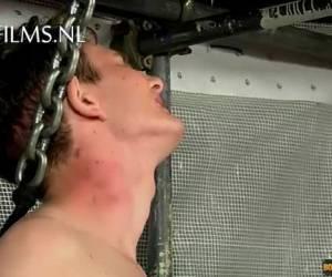 Vastgezette jongen gaat bijna over zijn nek als hij moet pijpen