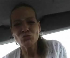 Duitse slet neukt haar kut met de pook in de auto
