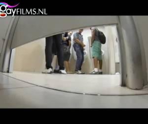 Stiekem gefilmd op het toilet van een gay club