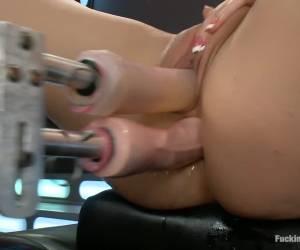 De geile slet geef zichzelf een dubbel penetratie met twee vibrators