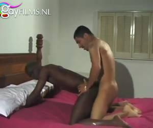 De zwarte jongen laat zich anal neuken door de Arabische jonge man