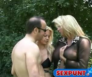 Zijn vrouw geeft haar man en de tranny een pijpbeurt