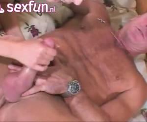 Hij neukt het kutje en de anus van zijn aanstaande schoondochter en komt klaar in haar gezicht