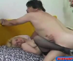 Ze laat de sperma uit haar mond op haar tietjes druipen