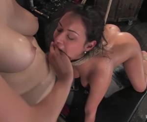 Een dubbel penetratie en haar gezicht vol sperma