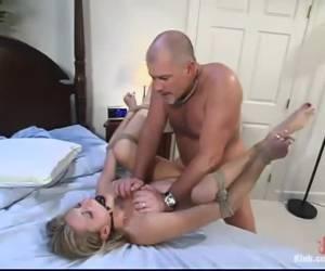 Geil tienerstel heeft beestachtige harde sex doggystyle