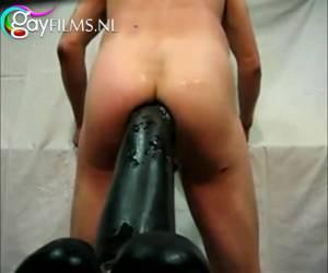 Een dildo zo groot als een amsterdammertje verdwijnd in zijn anus