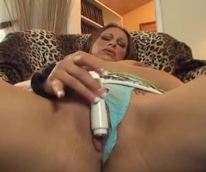 De kleine vibrator laat haar een orgasme krijgen