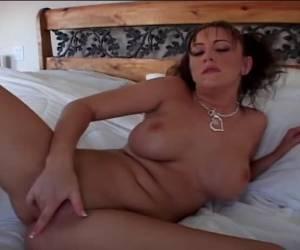 Ze likt haar tepels vingert de kale kut en krijgt een orgasme