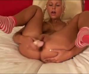 Tienermeisje speelt met haar dildo