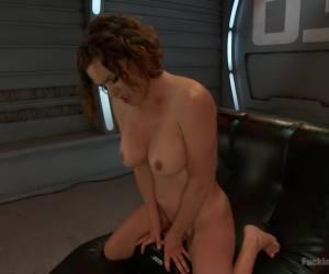 De zwangere vrouw mastubeerd haar kale kut tot een orgasme