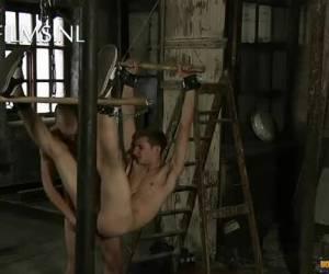 Vastgebonden jongen wordt anaal verwend door zijn Meester