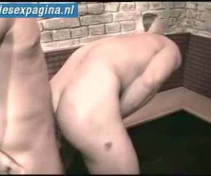 Kerel met hanenkam wordt vanachter in zijn mannenkut genomen