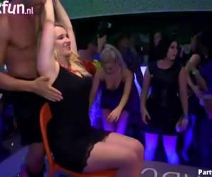 Sletten rukken de harde lul van aanwezige naakte strippers