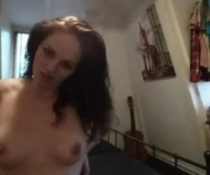 Nederlands meisje plast in haar broek en filmt hoe ze zich verschoond