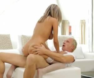 Rondborstige blonde milf houd haar zijden kousen aan tijdens sex