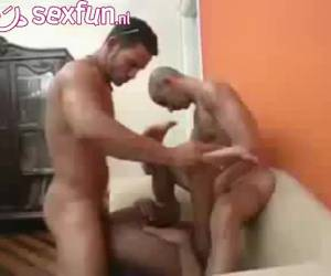 homo neukt als een konijn in een trio