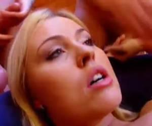 Anastasia neukt echt met veel kerels tegelijk